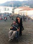 """Sim, vc viu corretamente: este é o Pedro, em sua """"cadeira atômica"""", curtindo a Praça dos Inconfidentes com sua amiga Luciana."""
