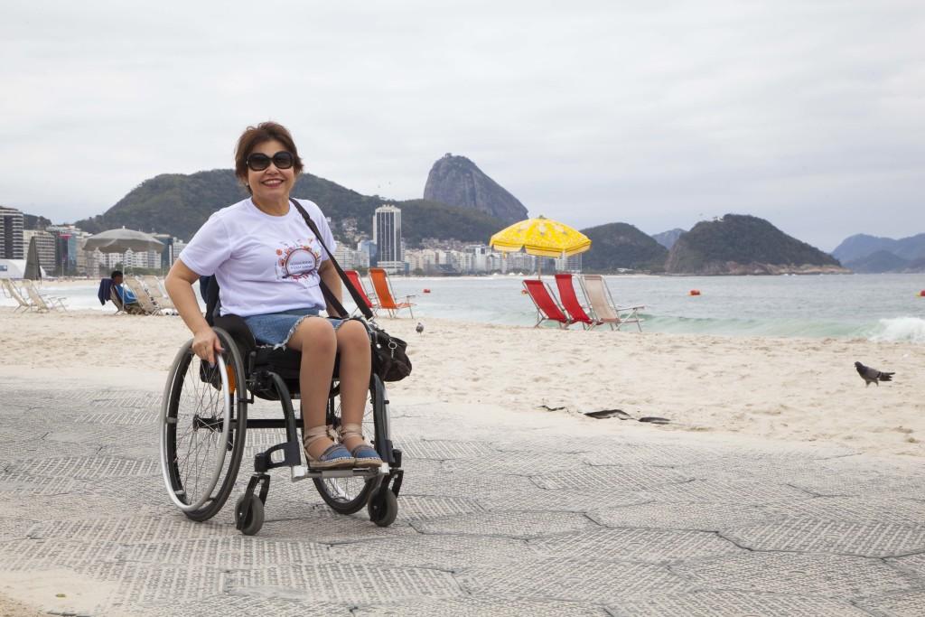 Durante a Paralimpíada Rio 2016, foi instalada uma passarela emborrachada sobre a areia, no Posto 5. É sensacional poder cruzar a areia, tão perto do mar, usando a própria cadeira de rodas, sem auxílio de ninguém. Autonomia total.