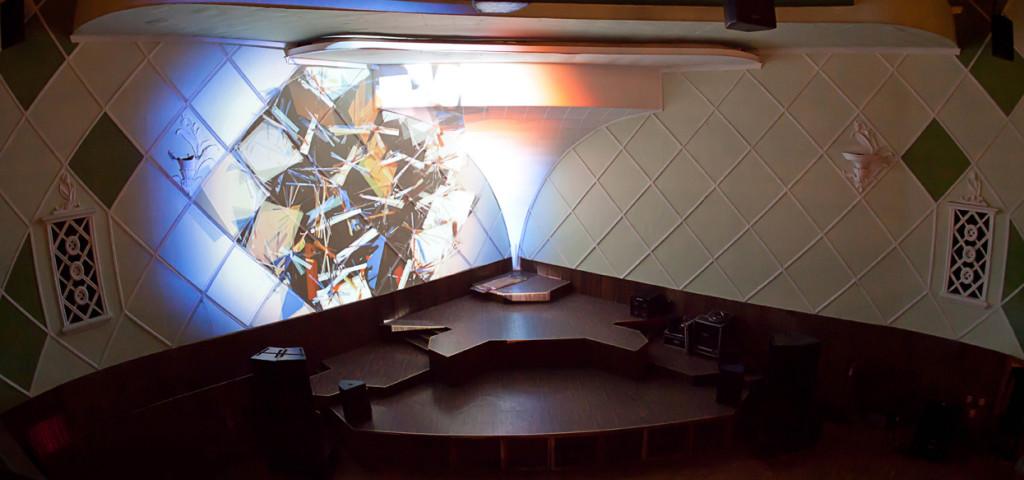 A iluminação no Cine Joia é belíssima