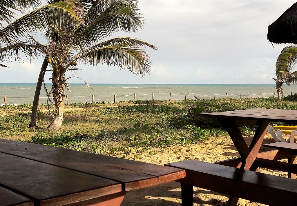 Mais uma possibilidade de contemplar o mar: das mesas de um dos restaurantes.