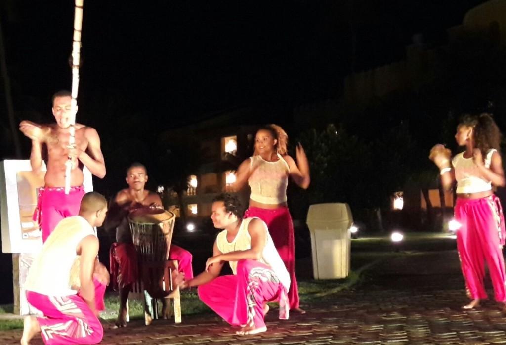 A equipe de recreação apresenta, em frente ao restaurante Meu Rei, um aperitivo do show que ocorreria mais tarde. Trata-se de uma roda de capoeira, e os hóspedes puderam fazer parte, inclusive nós cadeirantes.