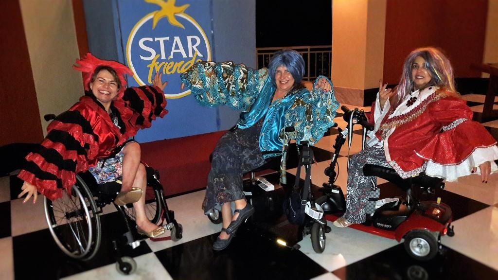 As três superpoderas (eu, Ida e Solange), brincando de se fantasiar. Preparação para o show da noite!