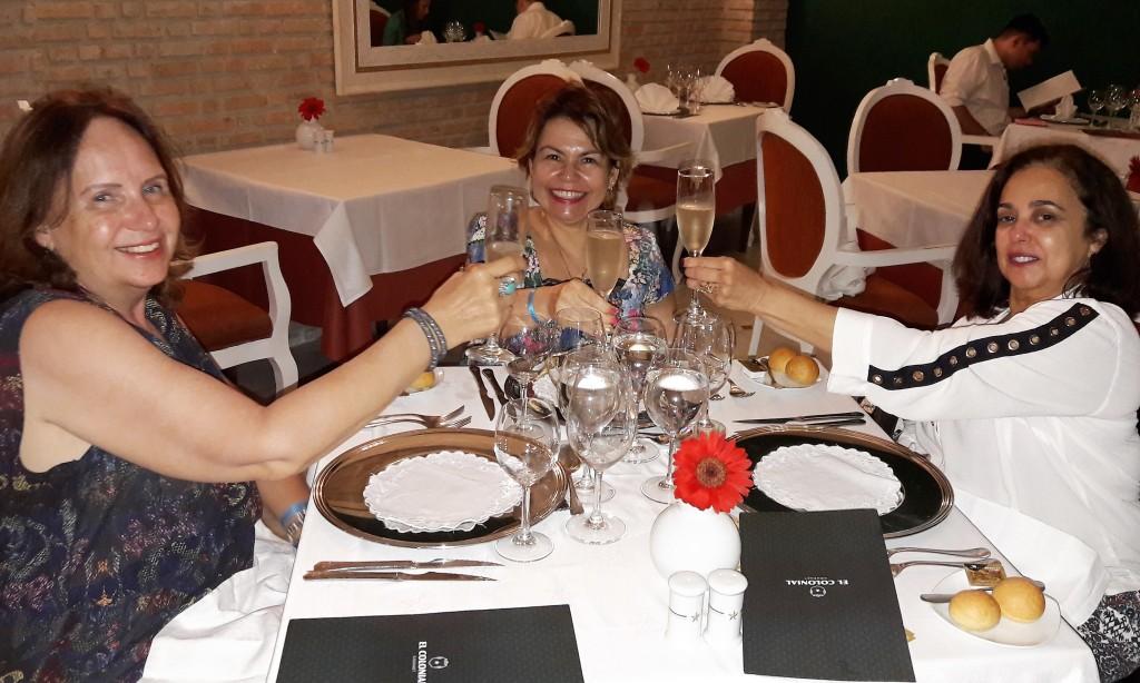 Estamos no restaurante francês, brindando ao início da aventura!