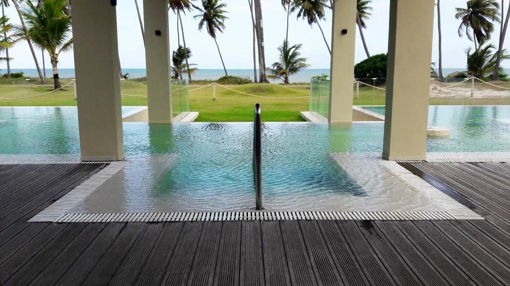A piscina do spa fica de frente para o mar. Linda, não?