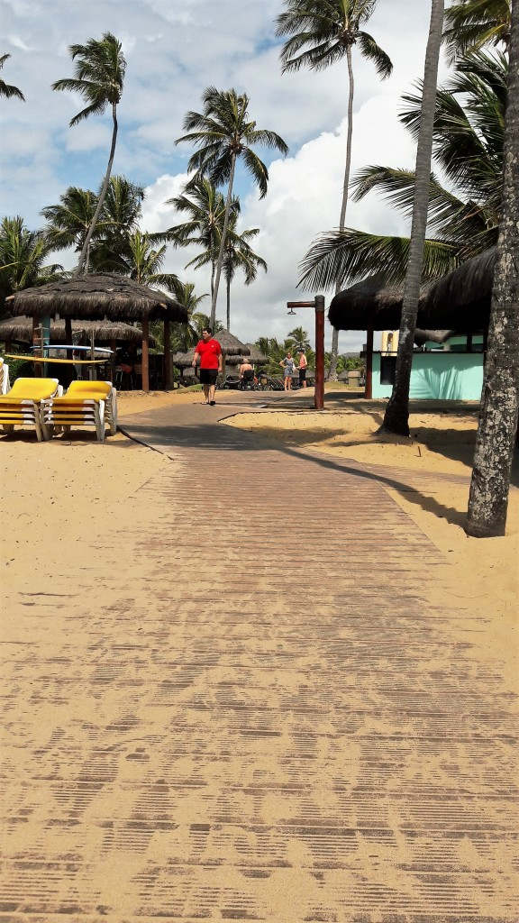 Esta é a passarela que leva até a escadinha que dá na praia.