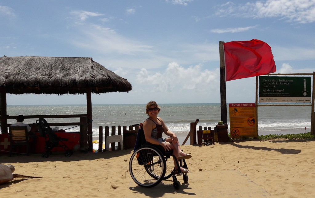 Atrás de mim, a cabaninha dos salva-vidas e a escadinha para a praia.
