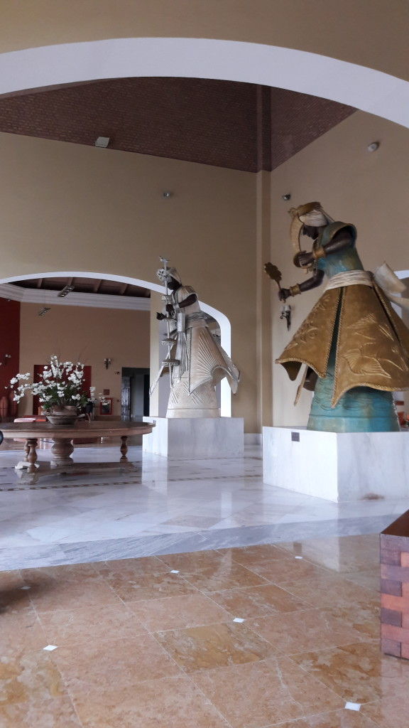 Assim que vc entra no hotel, depara com duas belas esculturas de orixás, obras de Tatti Moreno, o mesmo autor das esculturas de orixás que estão no Dique do Tororó, em Salvador.