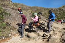Juliana fazendo trilha, em foto retirada do Facebook do Montanha para Todos.