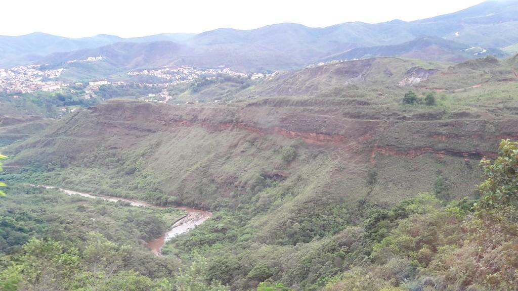 Em alguns trechos de rio, ainda são vistos sinais de mineração com bateia.