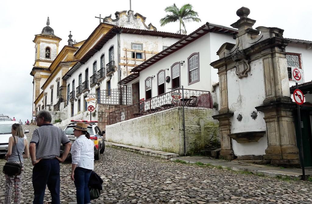 Subimos a pé esta ladeira em direção ao conjunto arquitetônico da Praça Minas Gerais. Difícil, mas imperdível.