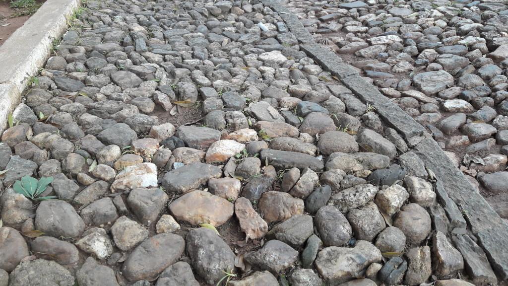 Estas pedras calçam as ruas desta região da cidade. Como vc vê, representam dificuldade para qualquer pessoa.