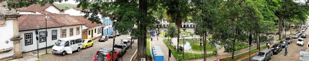 Foto da Praça Gomes Freire, tirada da janela de um dos restaurantes. Observe o casario no entorno.