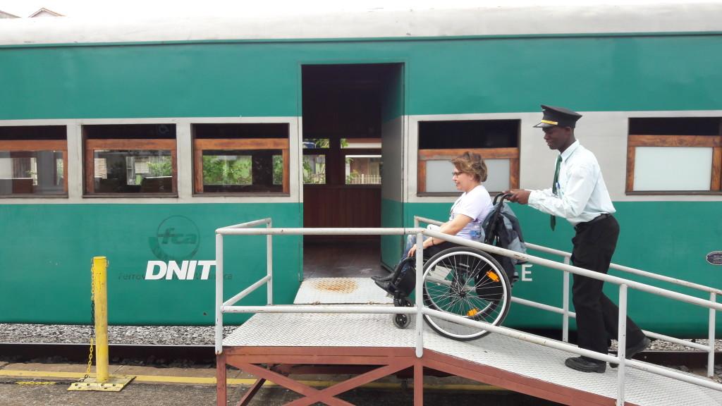 O chefe de trem Paulo Henrique me auxilia a entrar no vagão adaptado.