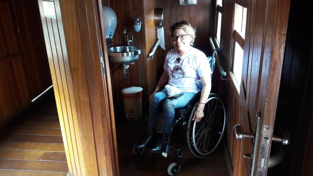 Amplo banheiro acessível no vagão adaptado.