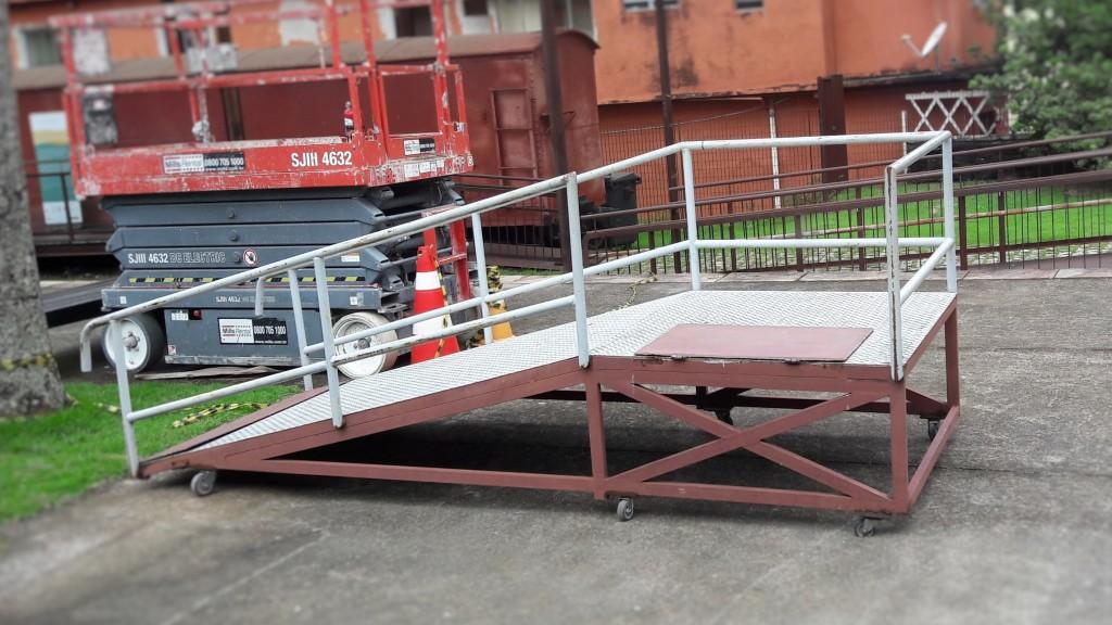 Esta é a rampa móvel, que é encaixada na porta do vagão adaptado.