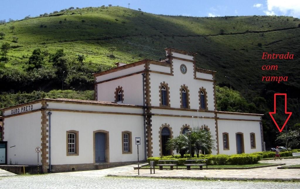 Esta é Estação Ferroviária de Ouro Preto. Com a seta, indico onde fica o portão com entrada sem degraus. (Foto de Rotizen Lage Reggian, retirado do Panoramio)