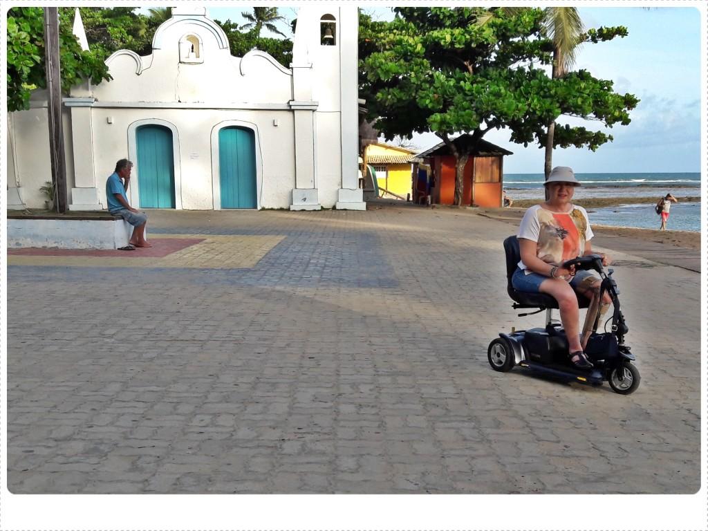 Ida passeia com sua scooter pelo centrinho