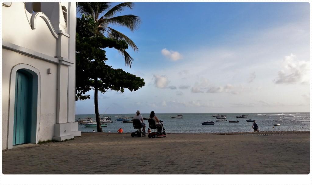 Ida e Solange contemplam a praia. Ao lado delas, a igrejinha da Vila, que estava fechando quando chegamos...