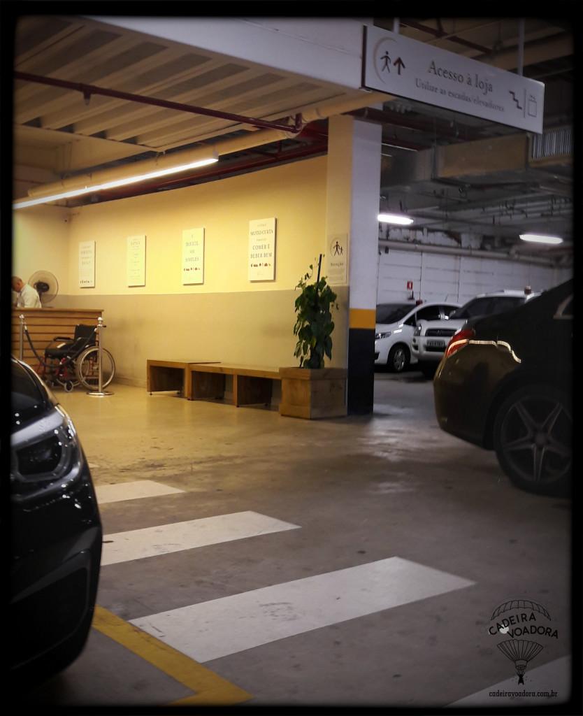 A vaga destinada a cadeirantes estava ao lado do hall do elevador. É nesse hall que vc paga o estacionamento, quando estiver saindo.