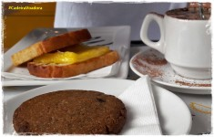 """Sim, gente, é gostoso! Na foto, um mega cookie, o capuccino e o pão com """"queijo"""" quente"""