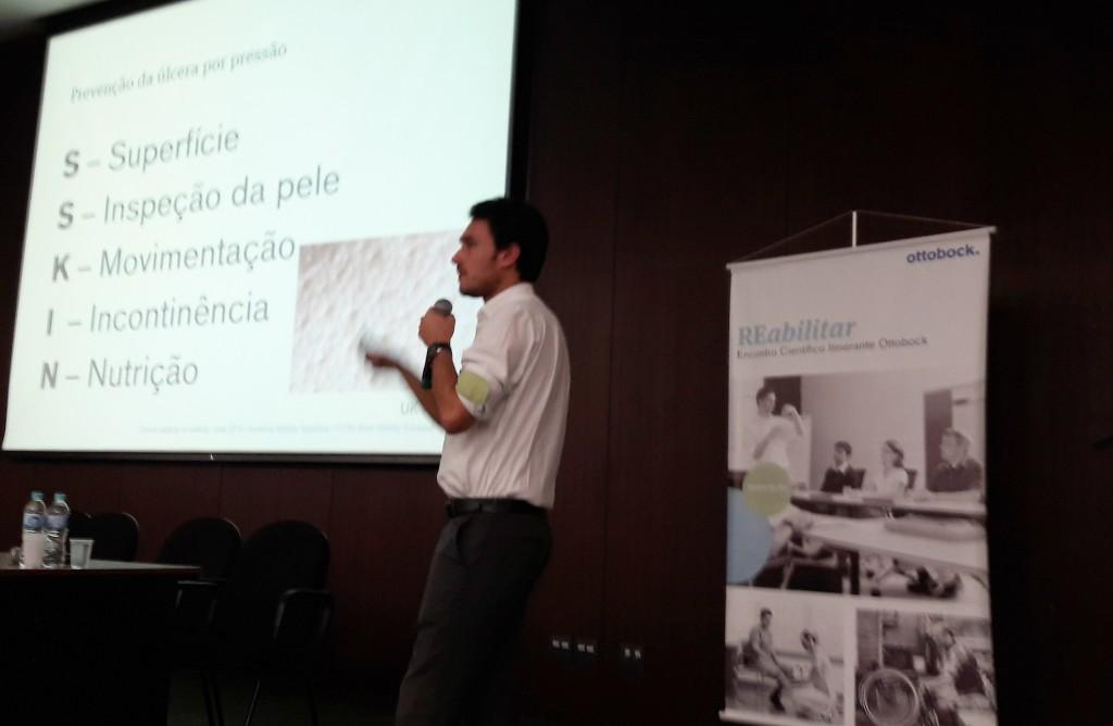 Na foto, Rodrigo Moreira profere palestra no evento REabilitar. (Imagem: acervo Cadeira Voadora)