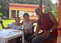 Estou com Cecília e Salim, no templo budista Dawa Drolma.