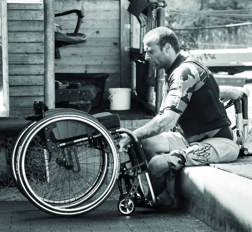Uma cadeira de rodas pode ajudar ou prejudicar muito o usuário. (Imagem: Ottobock)
