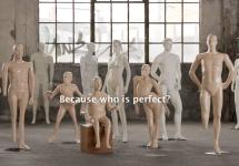 """Na foto, observamos os manequins inspirados em pessoas com deficiência. Sobre a imagem, está a frase """"Porque quem é perfeito?"""", escrita em inglês."""