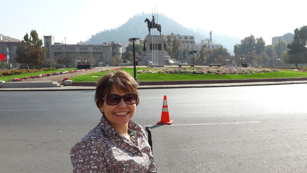 Estou na linda Praça Baquedano, em Santiago.
