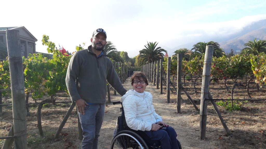 Cláudio me acompanha no jardim de variedades da Veramonte: parreiras com uvas diversas