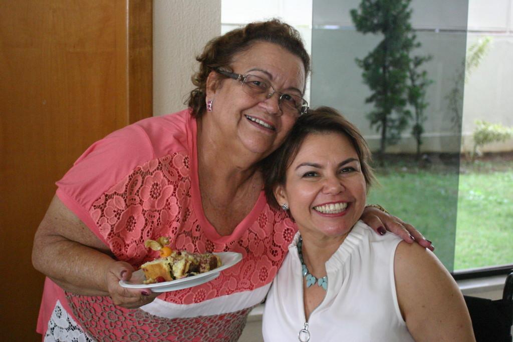 Na foto, minha mãe e eu estamos juntas no meu aniversário do ano passado, celebrando a vida... (Todas as fotos pertencem ao meu acervo)