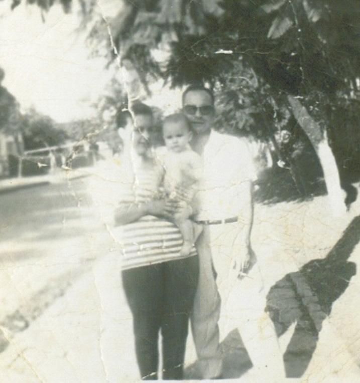 Olha ela aí, junto com meu pai, me segurando no colo! =)